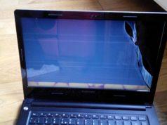"""Đập vỡ máy tính khi xem phim """"nóng"""", được tặng lại laptop mới"""
