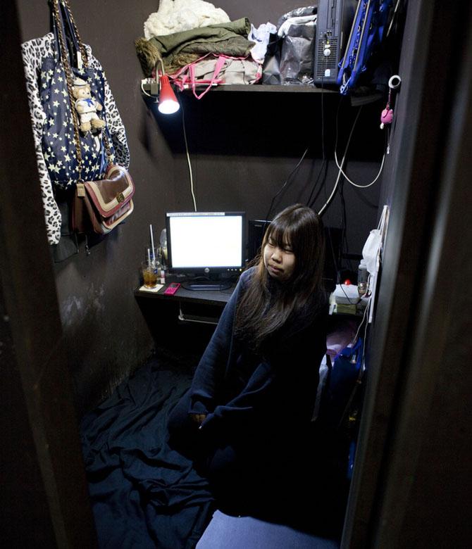 Aya, 18 tuổi, ở quán cafe Internet cùng mẹ. Họ thuê hai căn phòng cạnh nhau. Họ mất nhà và mất việc sau trận động đất và sóng thần năm 2011