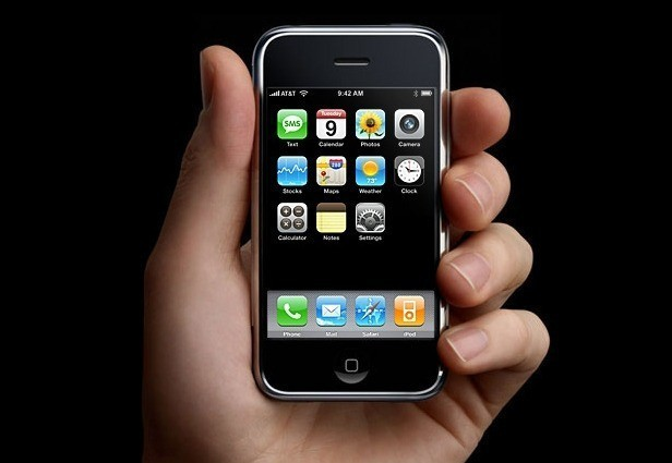 iPhone OS: Không giống với các hệ điều hành di động thời điểm đó, phiên bản đầu tiên, Apple chỉ tập trung vào tương tác giữa người dùng với màn hình cảm ứng. Nó không có cửa hàng ứng dụng hay chụp ảnh màn hình. Mặc dù còn nhiều hạn chế nhưng iPhone OS tạo ấn tượng cho người dùng mới trải nghiệm