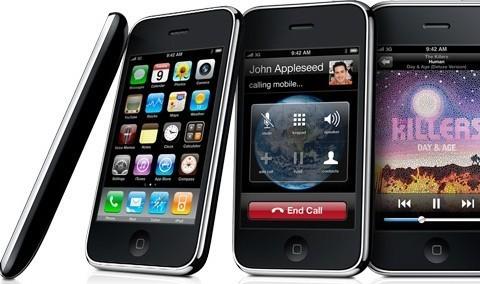 iPhone OS 3: Trong năm 2009, Apple phát hành phiên bản thứ ba của hệ điều hành di động. Mặc dù không có nhiều đột phá, nhưng iPhone OS 3 cũng biến chiếc di động của Apple trở nên hữu dụng hơn như: quay video, tin nhắn MMS, ra lệnh bằng giọng nói (với iPhone 3GS), cắt và dán, tìm kiếm trong spotlight, một số ứng dụng mới như Ghi âm, La bàn xuất hiện,… Năm 2010, khi giới thiệu chiếc iPad đầu tiên trước công chúng, Apple đã đổi tên hệ điều hành thành iOS.