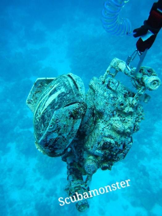 Chiếc máy ảnh được kéo lên từ dưới biển