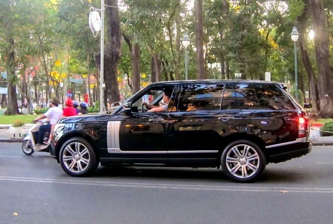 Range Rover Autobiography Black lăn bánh trên đường phố TP HCM. Ảnh: TNTBros.