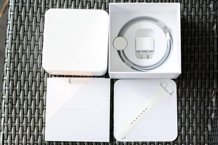 Bên trong bao gồm hộp nhựa đựng Apple Watch, củ sạc, dây sạc, sách hướng dẫn sử dụng và 1 dây để thay thế