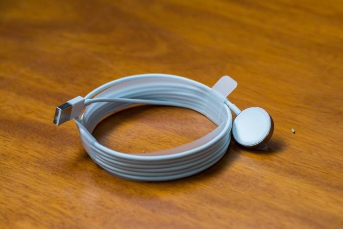 Dây sạc sử dụng chuẩn MagSafe, gắn với Apple Watch bằng nam châm để sạc và chuyển dữ liệu