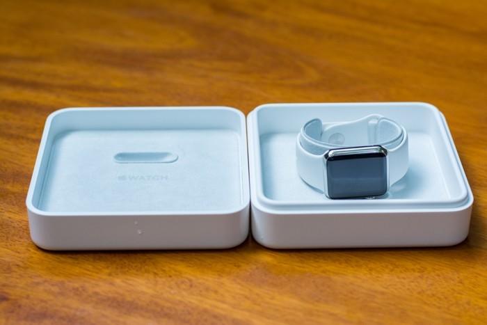 Bên trong hộp cứng được lót nhung và Apple Watch