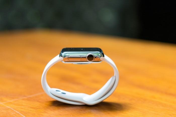 Bên cạnh phải là Digital Crown và 1 nút bấm. Máy khá dày so với các đồng hồ thông minh khác trên thị trường