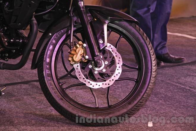 Phanh đĩa phía trước đường kính 240 mm. Giá bán của Pulsar 150 AS tại Ấn Độ tương đương khoảng 1.266 USD.