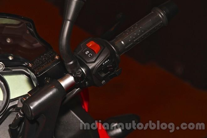 Tay lái bên phải với các công tắc tắt/mở động cơ, công tắc đèn và khởi động xe.