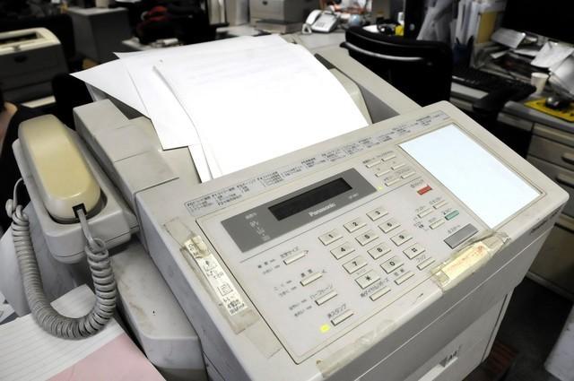 Giới văn phòng Nhật vẫn luôn có thói quen sử dụng máy fax mặc dù đã có robot thay thế.