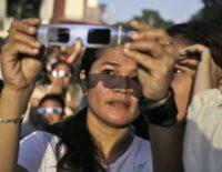 Chùm ảnh thú vị ghi lại cảnh người dân Đông Nam Á xem nhật thực vào ngày 09/03/2016