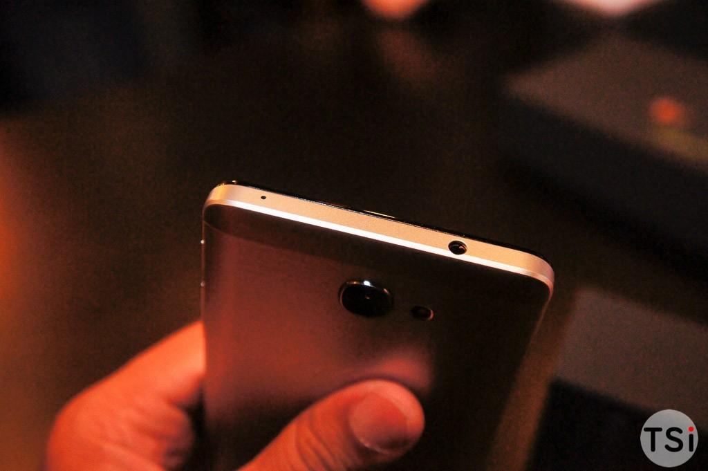 Ảnh thực tế smartphone Flash Plus 2: vỏ nhựa kết hợp kim loại cứng chắc, vân tay nhạy