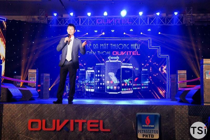 Oukitel mời khách tham dự gõ búa lên smartphone để chứng minh độ bền
