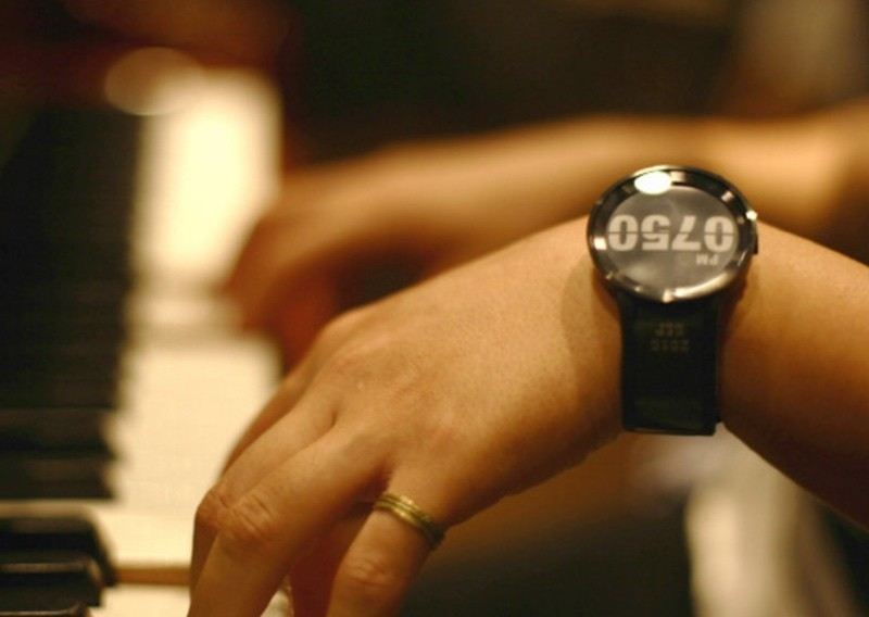 Sony tung đồng hồ thông minh FES Watch U độc đáo, dùng màn hình e-ink ngay trên dây đeo