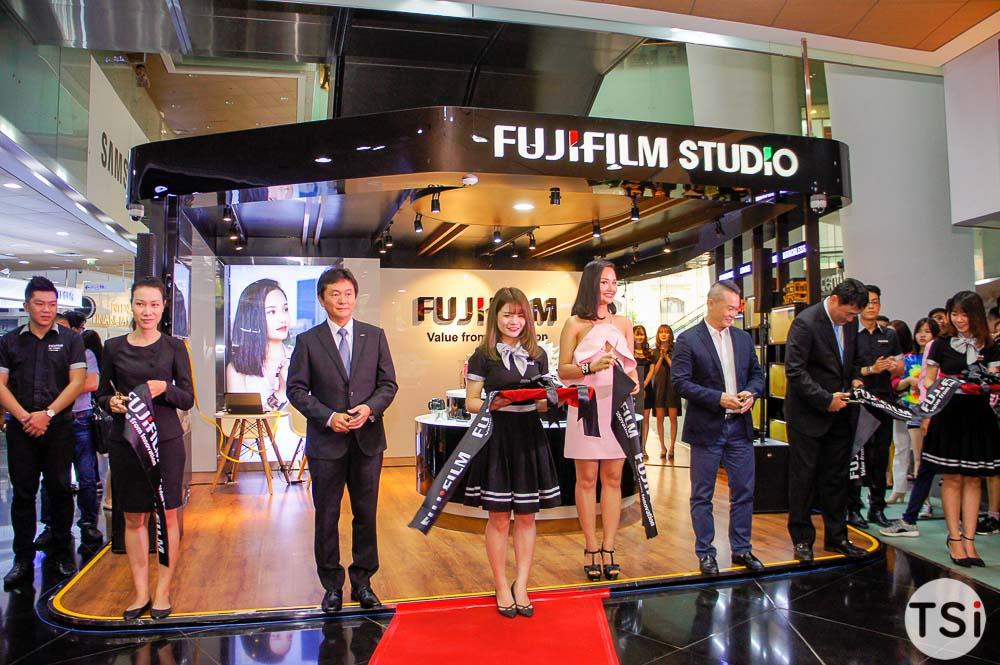 Người tiêu dùng xếp hàng xuyên đêm chờ mua máy ảnh Fujifilm X-A2