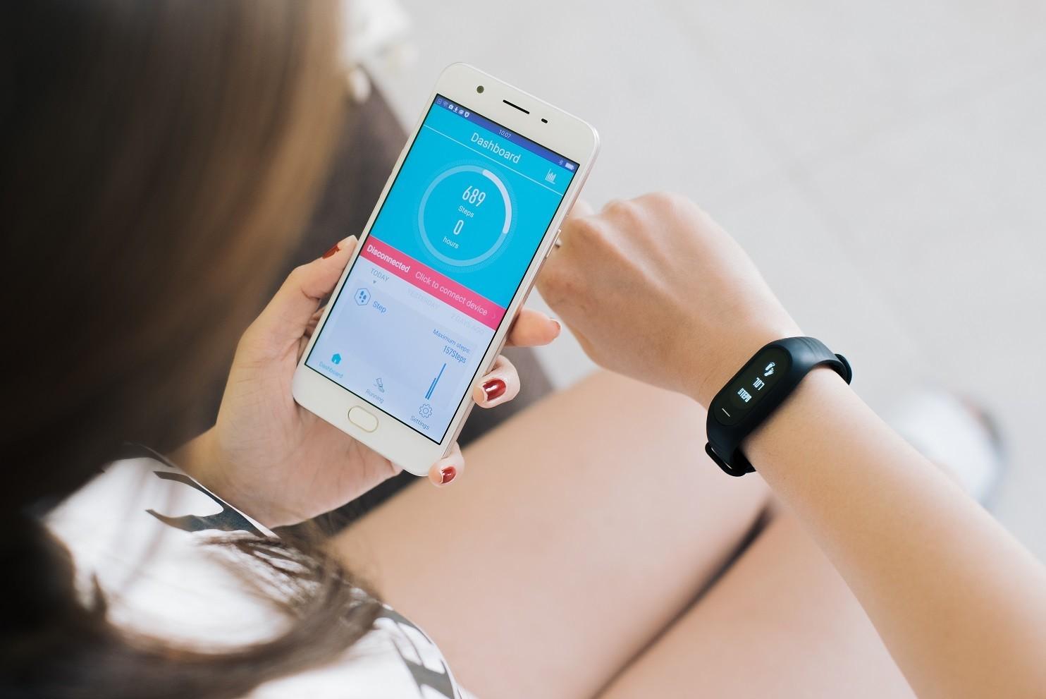 Oppo F1s mở đợt đặt trước với quà tặng vòng tay thông minh