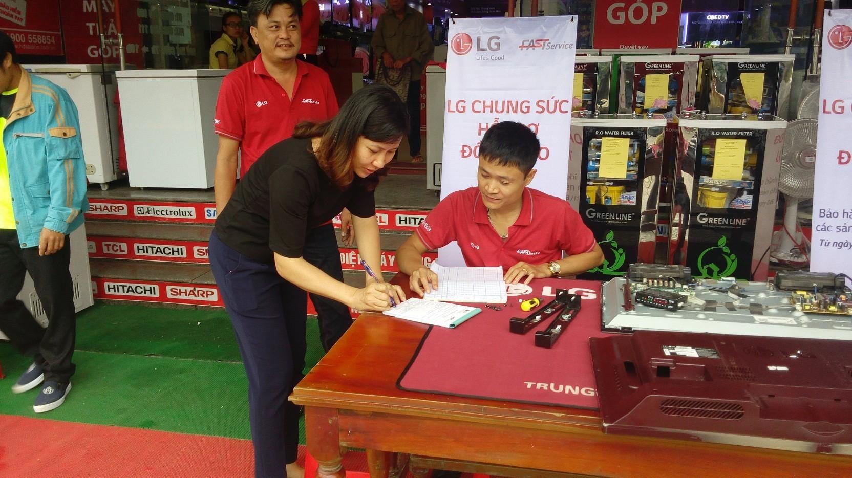 LG hỗ trợ sửa đồ điện tử miễn phí do lũ tại Quảng Bình, Hà Tĩnh