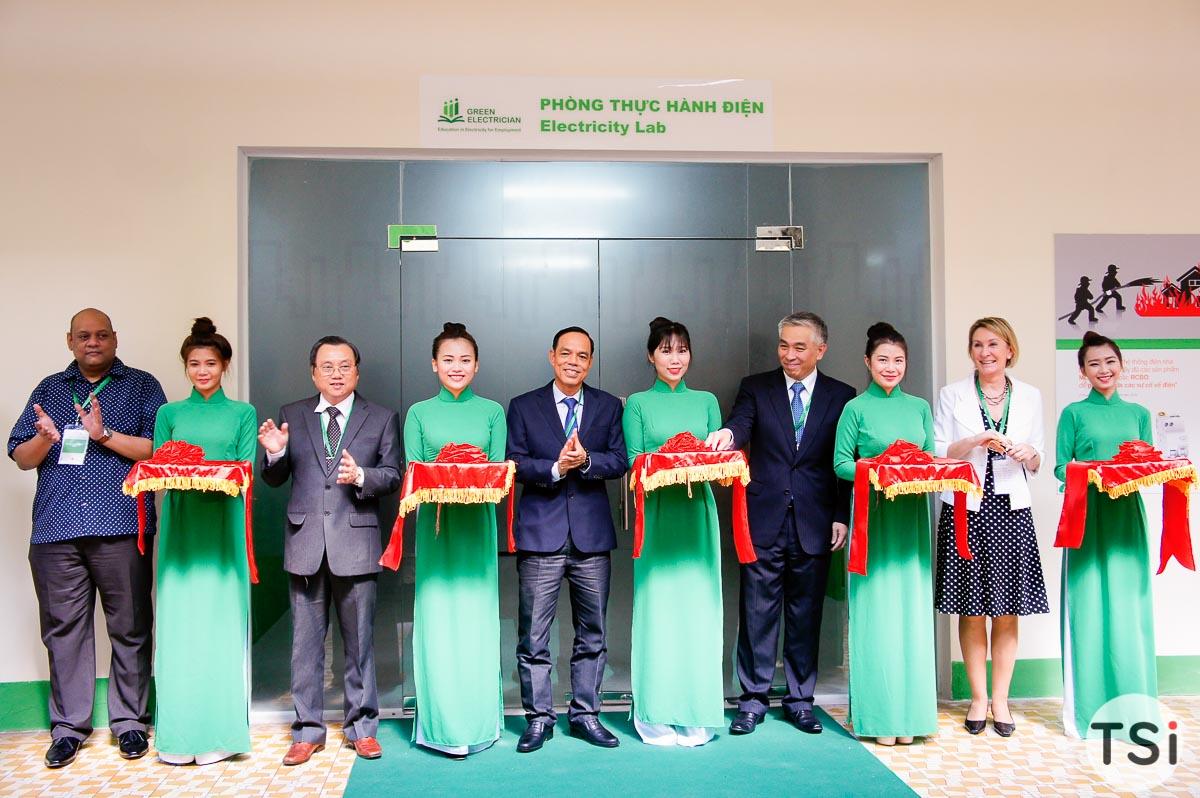 """Schneider Electric khai trương dự án """"Đào tạo Điện"""" cho thanh thiếu niên"""