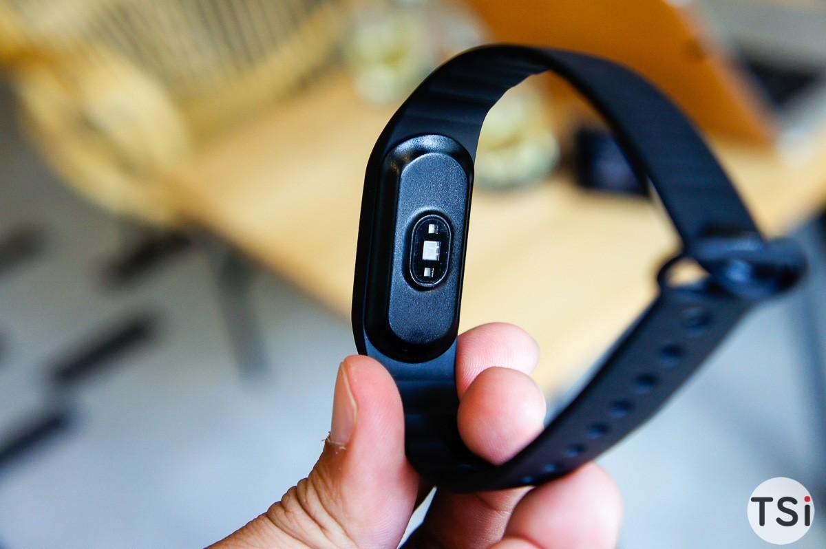 Bên trong phiên bản giới hạn Oppo F1s màu đen nhám và vòng tay thông minh H-band