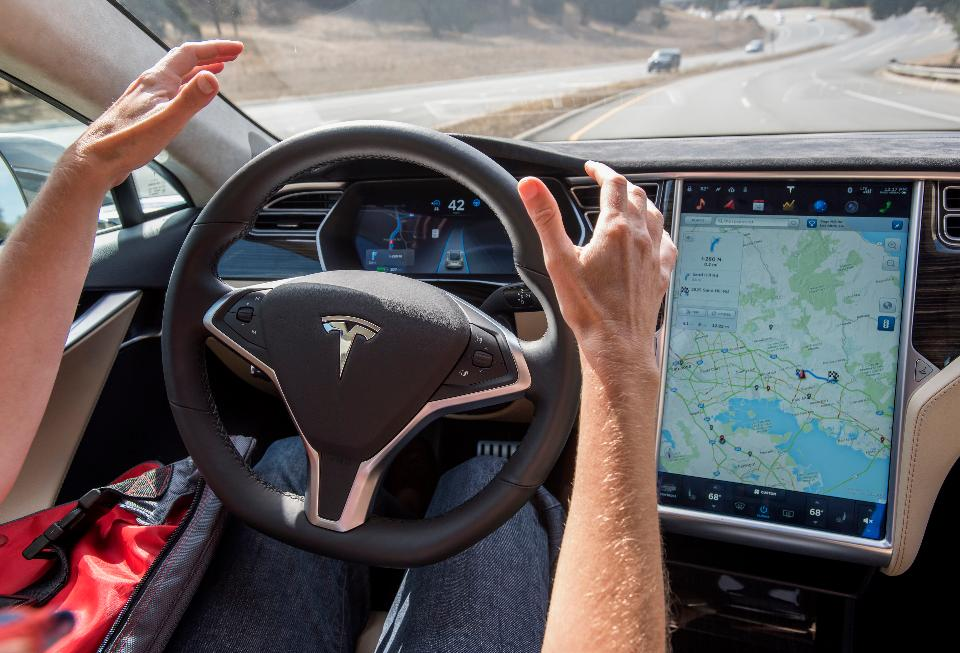 Xe điện Tesla tự động phanh, tránh cho chủ nhân một vụ va chạm