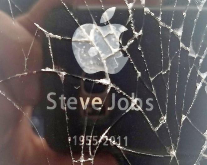 iPhone 4S vỡ kính giá 150.000 USD trên eBay