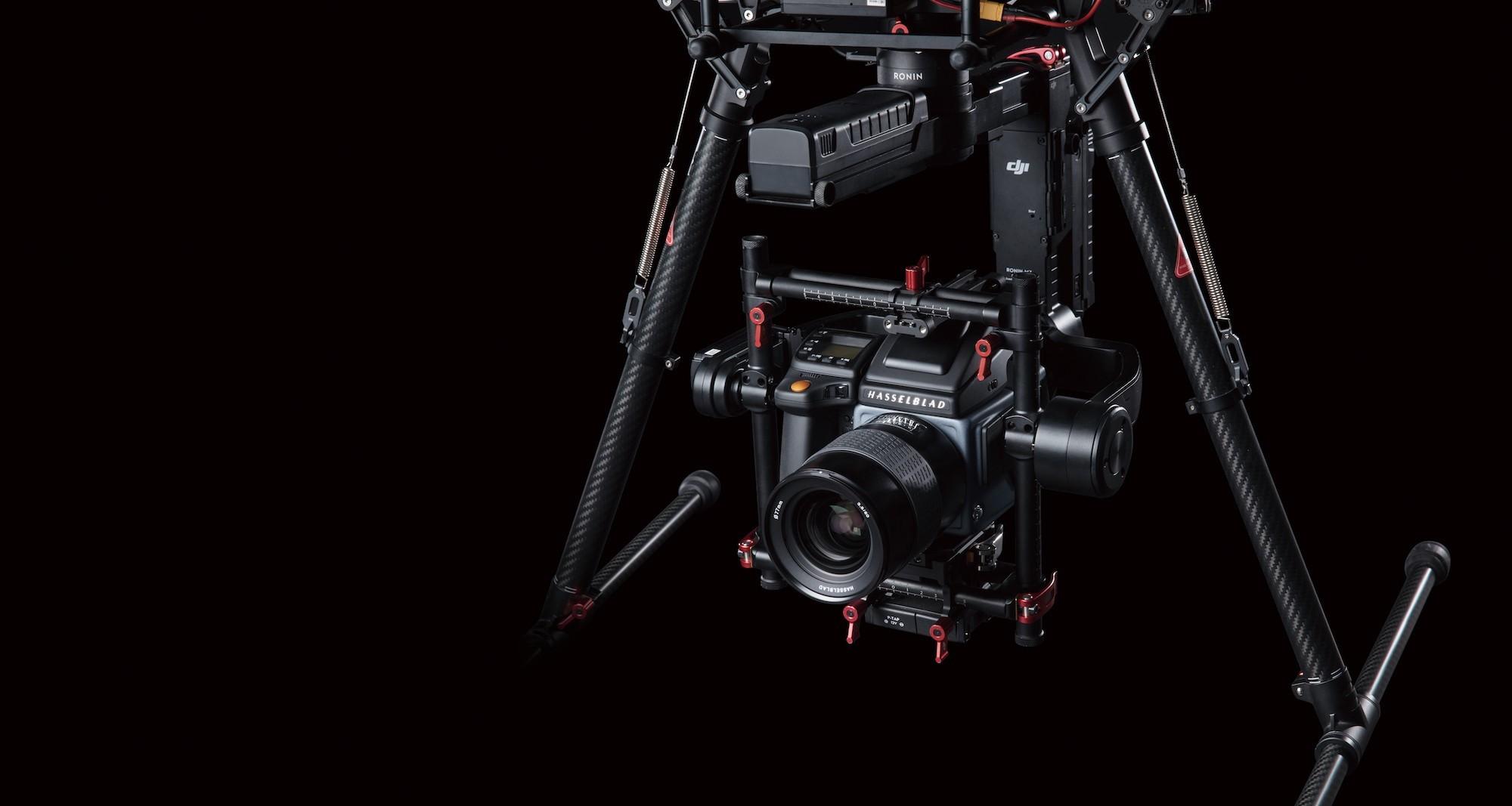 DJI M600 Pro là Drone đầu tiên trên thế giới được tích hợp camera 100MP. Đây sẽ là sự lựa chọn hàng đầu cho những ai có nhu cầu chụp ảnh chất lượng cao, chuyên dùng cho nhiếp ảnh thương mại, in ấn kích thước cực lớn.