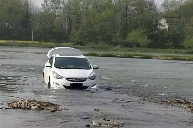 lao xe xuống sông vì GPS