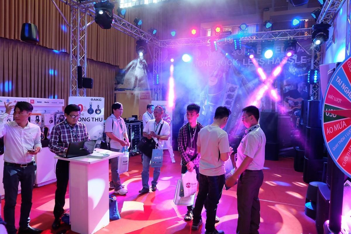 Hình ảnh ngày đầu khai mạc triển lãm âm thanh ánh sáng PLASE Show
