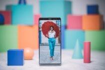 Theo dự kiến, Màn hình Infinity đã được mang ra từ Galaxy S8, hầu như dỡ bỏ điện thoại của khung bên. Tuy nhiên, có gì đáng ngạc nhiên hơn là công ty đã đẩy giới hạn về kích thước màn hình lại. Note 8 thể hiện một màn hình 6,3 inch khổng lồ (2960 × 1440) - một cú nhảy lớn trên Note 7 là 5,7. Đó cũng là một inch đầy đủ lớn hơn so với bản gốc Lưu ý, mà dường như ridiculously quá khổ khi nó được giới thiệu cách trở lại trong năm 2011.