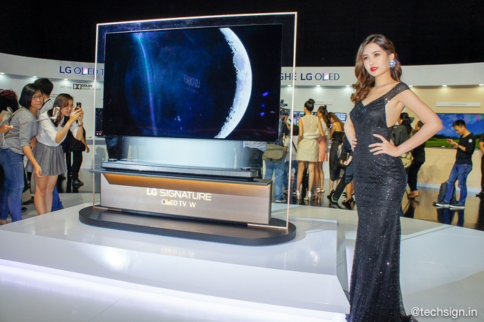 Lên kệ TV dán tường LG OLED Signature W, giá 300 và 650 triệu đồng