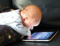 Chúng ta đang đẩy những đứa trẻ đến với sự mù lòa trong thời đại công nghệ