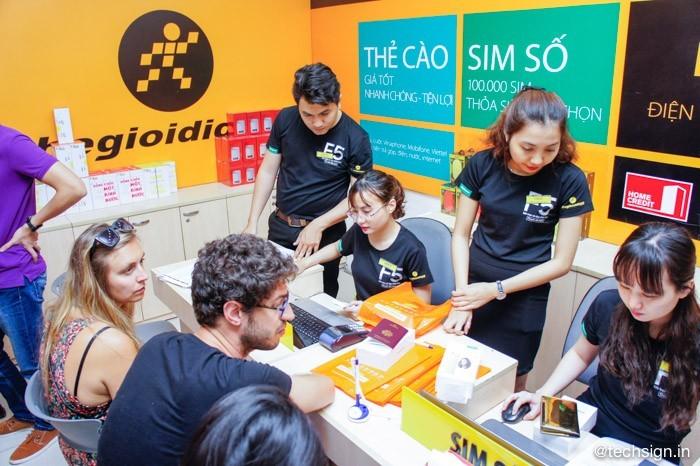 FPT Shop và Thế Giới Di Động nhộn nhịp khách đến mua OPPO F5