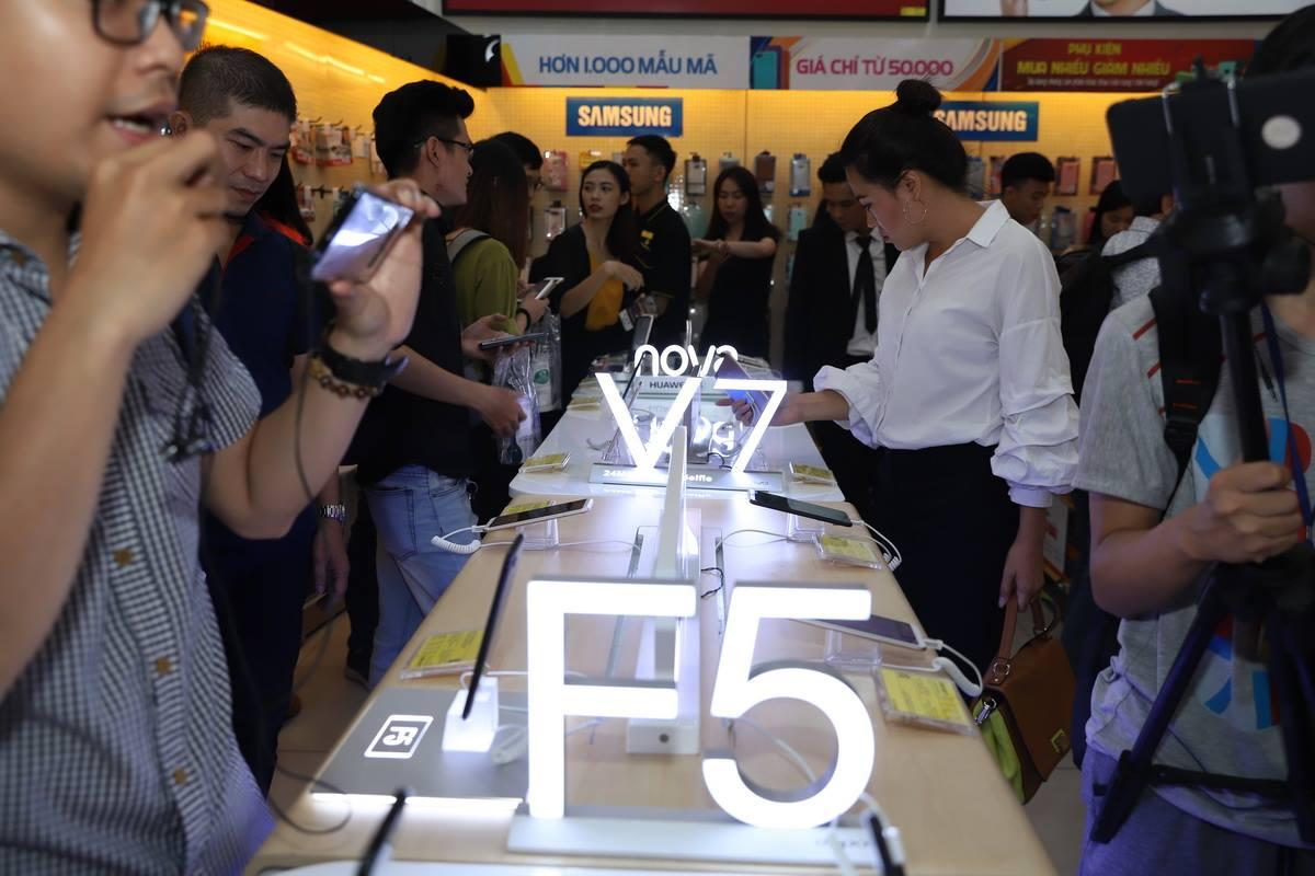 Thế Giới Di Động giới thiệu xu hướng smartphone màn hình vô cực