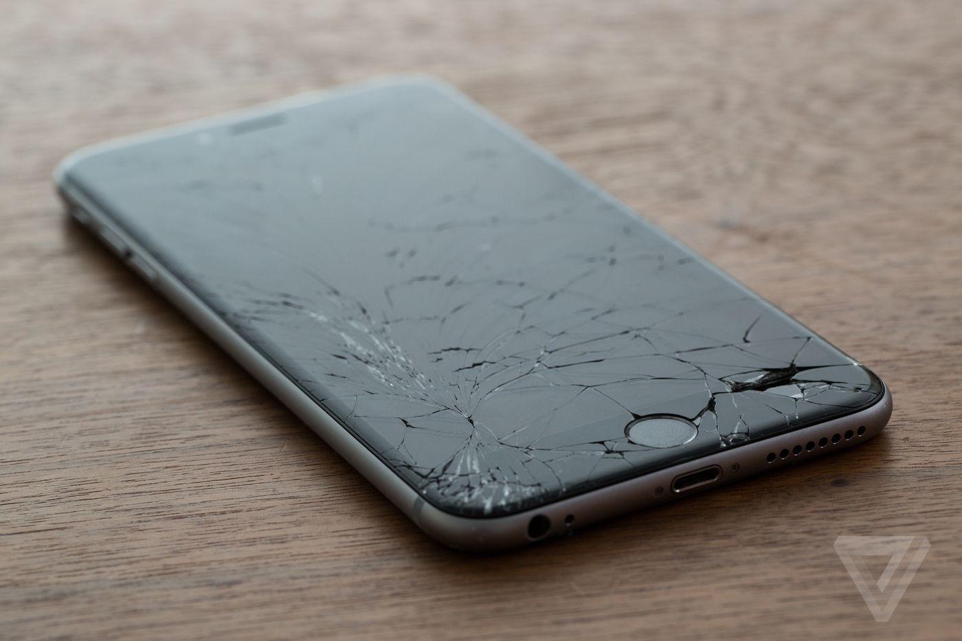 Apple đang làm việc với cảnh sát địa phương để tìm ra giải pháp khắc phục sự cố gia tăng các cuộc gọi khẩn cấp đến 911, bắt nguồn từ trung tâm phân phối và sửa chữa của công ty này ở Elk Grove, California. Sự tràn đến của những cuộc gọi này đã kéo dài trong nhiều tháng trời, trung bình 20 cuộc gọi mỗi ngày và tổng cộng trên 1.600 cuộc kể từ tháng 10. Điều phối viên của 911 chỉ nghe thấy sự im lặng và những tiếng nhân viên trò chuyện ngắt quãng liên tục khi có các cuộc gọi đến.
