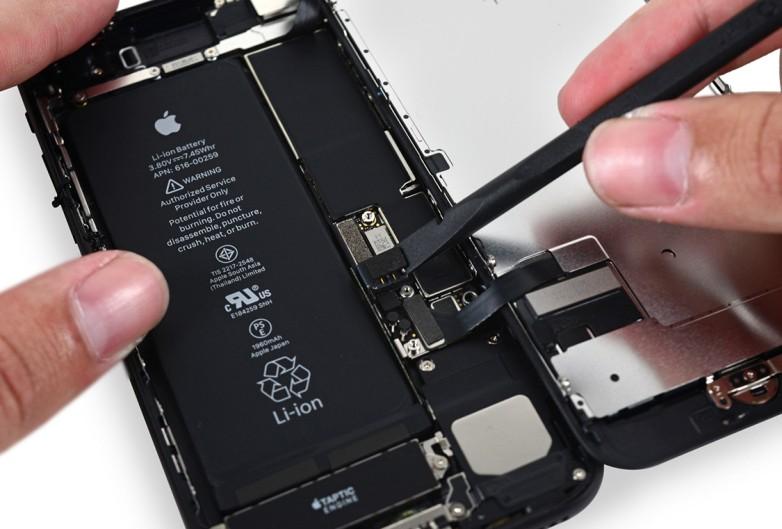 Apple hỗ trợ thay pin nhưng vẫn không làm người dùng hài lòng