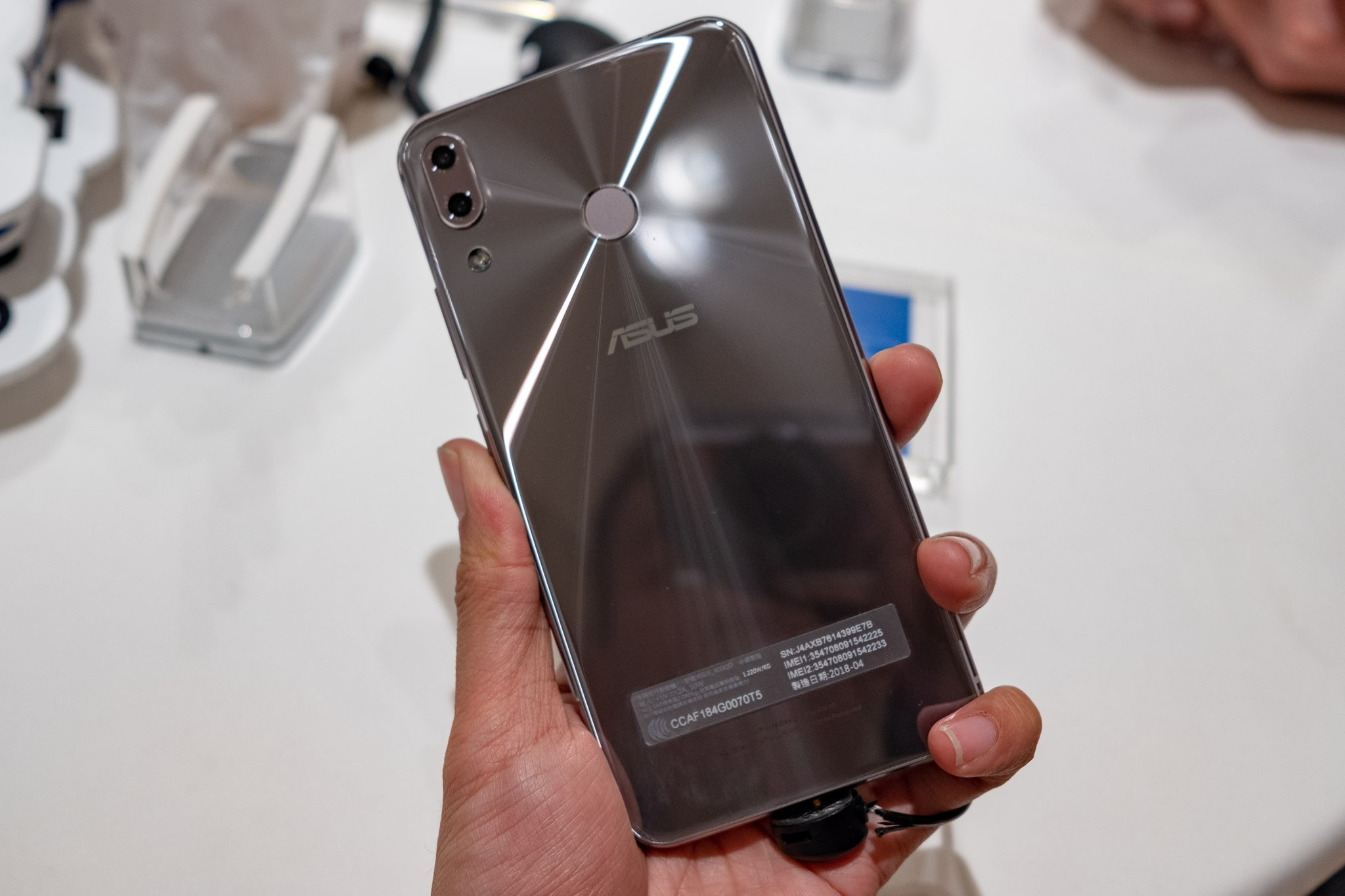 Asus bán Zenfone 5 tích hợp AI giá 7,9 triệu đồng