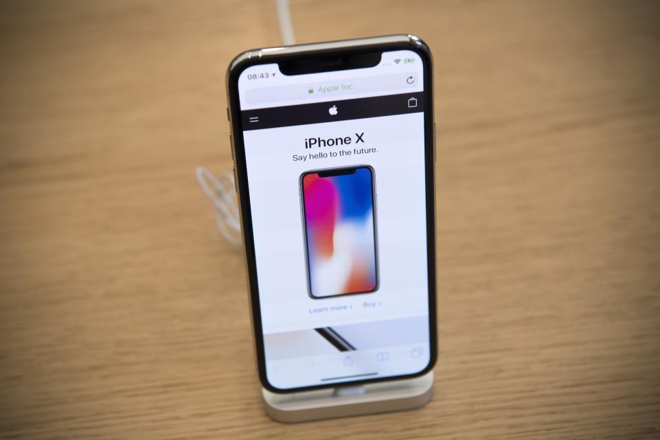 Apple cần Samsung giúp đỡ để sản xuất iPhone không 'tai thỏ'