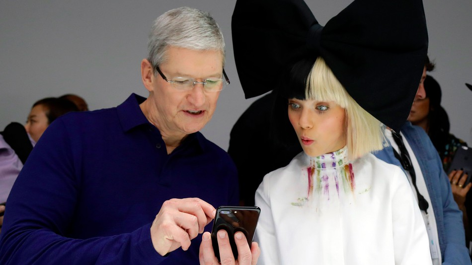 CEO Apple: 'Tôi dùng iPhone quá nhiều'