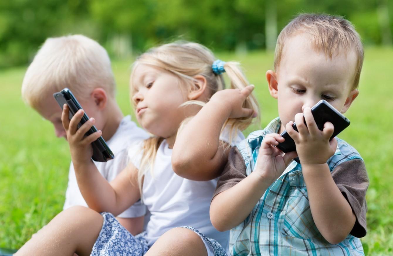 Làm sao để dạy trẻ cách quý trọng smartphone