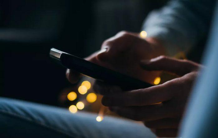 Ánh sáng xanh từ thiết bị di động có thể gây mù lòa sớm