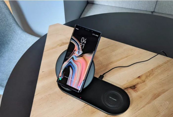 Samsung làm sạc không dây đôi có giá đỡ điện thoại