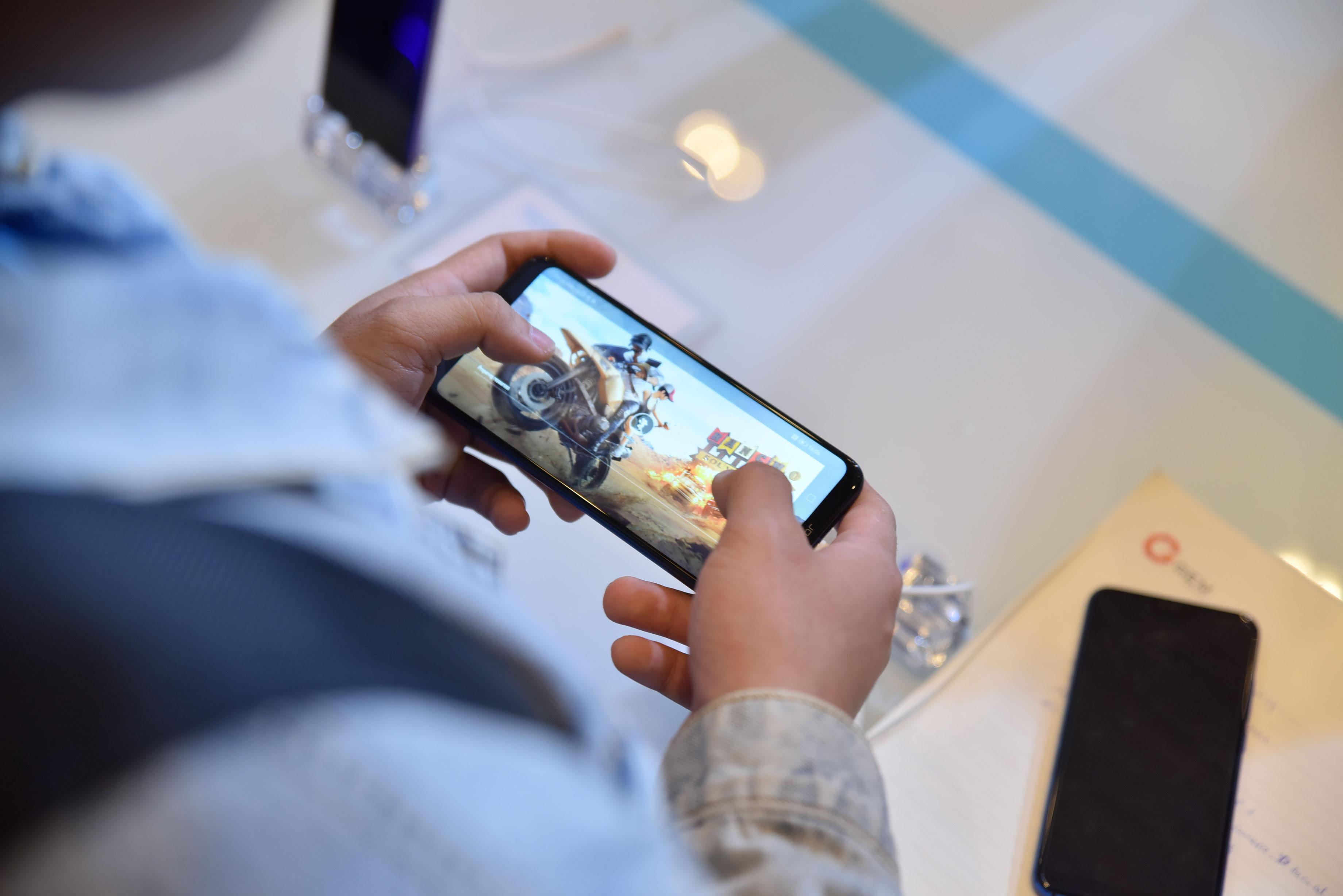 Smartphone chuyên game Honor Play ra mắt, giá 6,99 triệu đồng