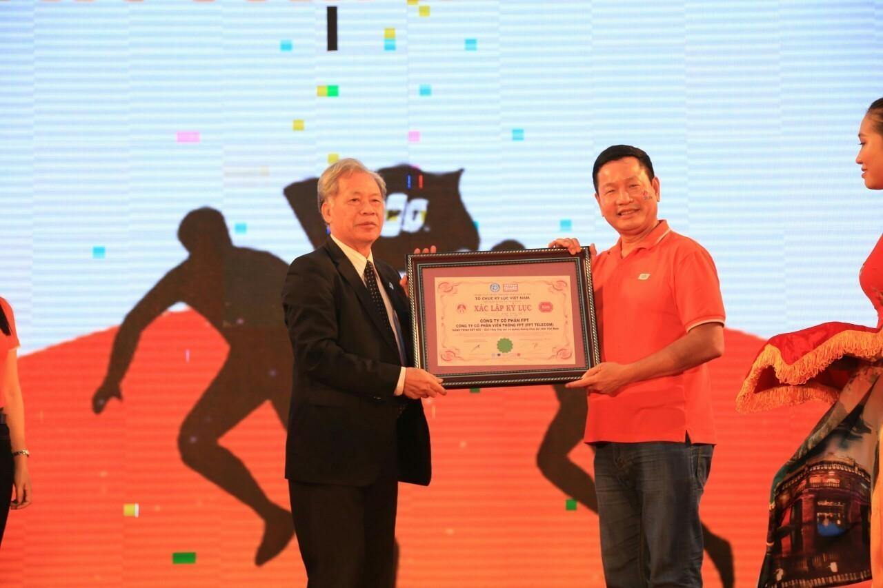 """FPT nhận kỷ lục Việt Nam cho chương trình """"hành trình kết nối"""""""
