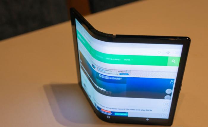 Cận cảnh chiếc điện thoại màn hình gập của Samsung