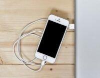 Apple bị kiện vì ép người dùng mua củ sạc mới