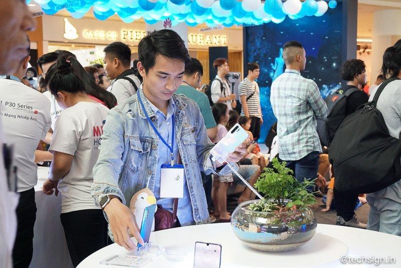 Nhộn nhịp buổi mở bán Huawei P30 Series tại TP.HCM