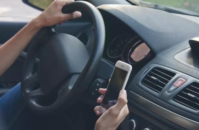Nghiên cứu chứng minh nghiện smartphone nguy hiểm cho tài xế hơn rượu