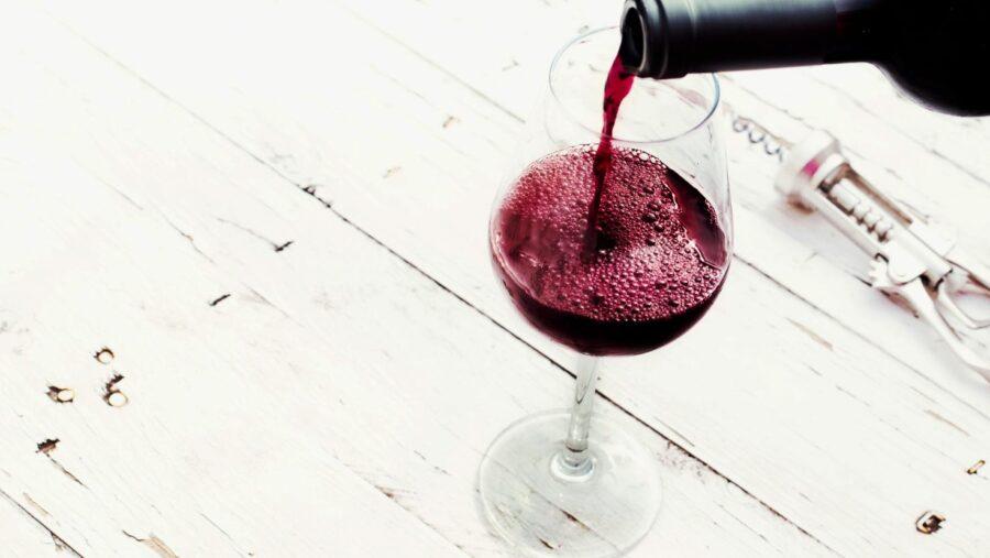 Uống một chai rượu vang tăng nguy cơ ung thư như hút 10 điếu thuốc