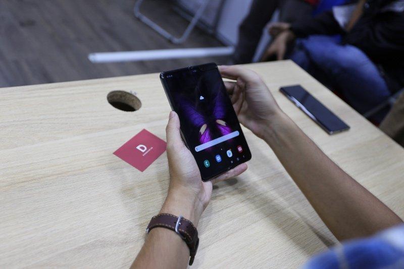 Di Động Việt đem Galaxy Fold đầu tiên về Việt Nam với giá đến 99 triệu đồng