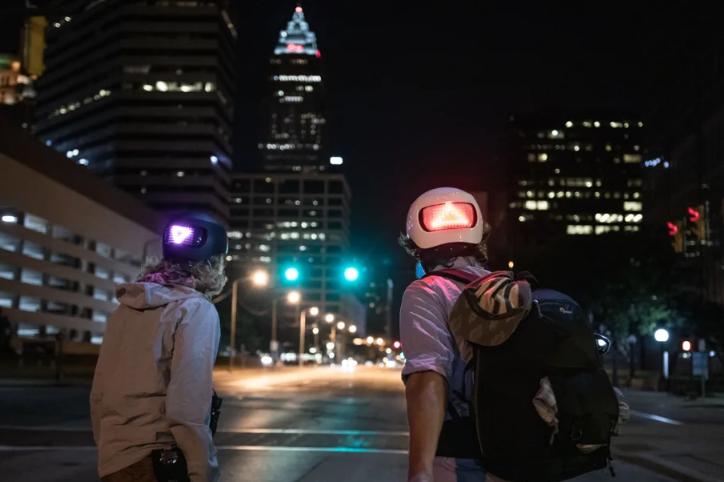 Apple bán mũ bảo hiểm xe đạp thông minh Lumos Matrix, có đèn LED báo rẽ