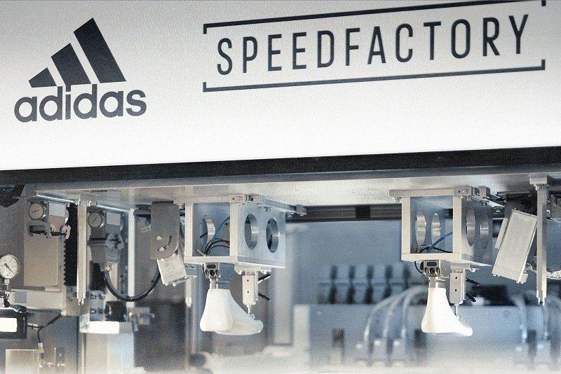Adidas đóng cửa hai nhà máy tự động hóa vận hành bằng robot